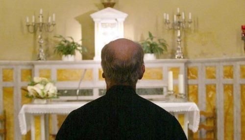 sacerdote di spalle